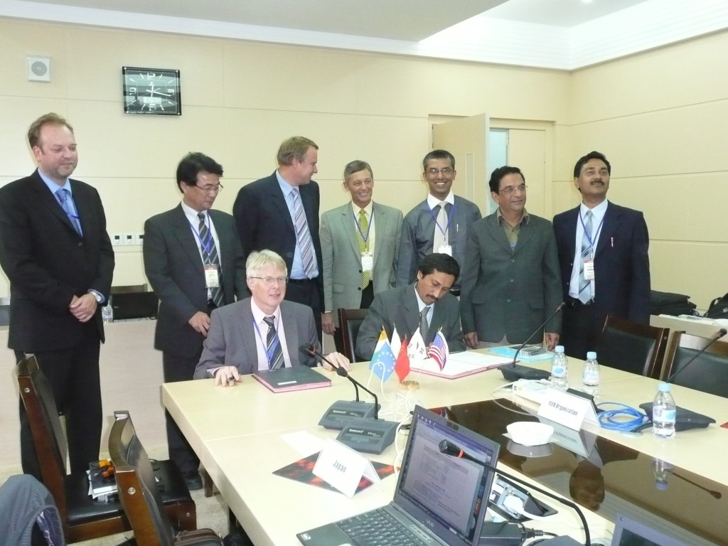 Shishir P. Deshpande, Project Director of ITER-India, and Norbert Holtkamp, Principal Deputy Director-General of the ITER Organization, sign the In-Wall Shielding Procurement Arrangement. Others in the picture from left to right are Akko Maas, Yusuke Tada, Guenter Janeschitz, Peter Swenson, Indranil Bandyopadhyay, Haresh Pathak (Responsible Officer) and Vinay Kumar. (Click to view larger version...)