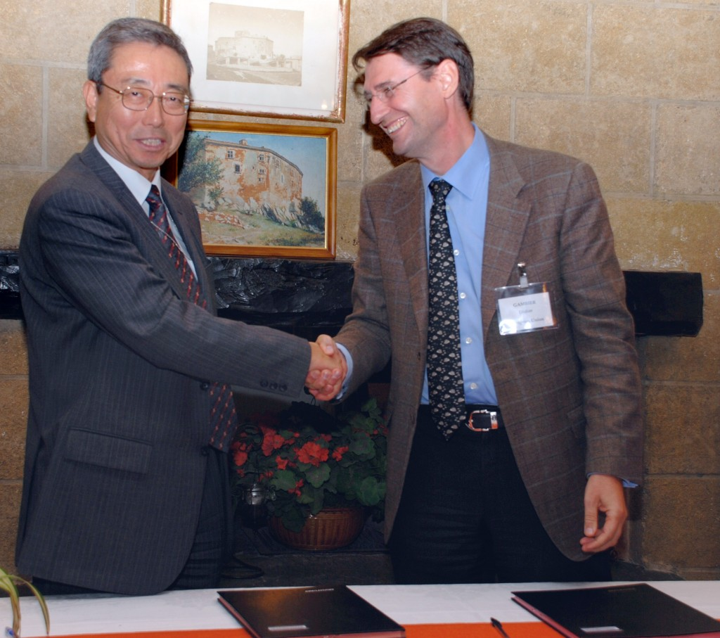 ITER Director-General Kaname Ikeda and Didier Gambier, the Head of the European Domestic Agency, signing Procurement Arrangement #28.