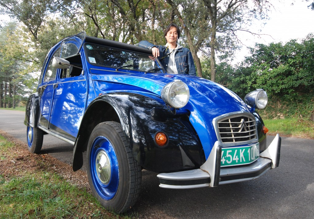 Ten years ago, to celebrate the birth of his daughter, Atsumi designed a new black and blue colour pattern for his beloved 2CV. (Click to view larger version...)