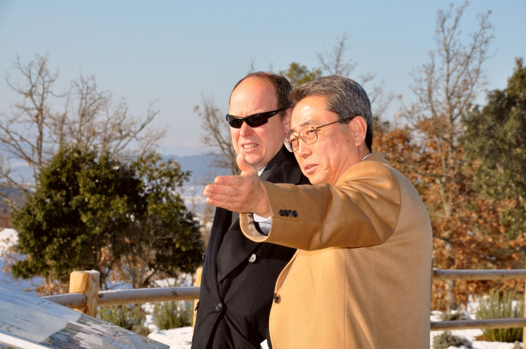 "Standing by the platform, Director-General Kaname Ikeda points ""the way"" to Prince Albert II of Monaco. © CEA (Click to view larger version...)"