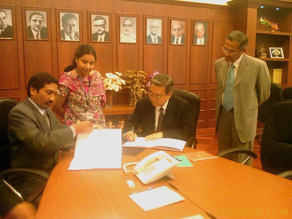 The Head of the Indian Domestic Agency, Shishir Deshpande (left) and Kaname Ikeda signing Procurement Arrangement 31. Also in the picture: Aparajita Mukherjee, ion cyclotron project manager at ITER-India, and ITER Deputy Director-General Dhiraj Bora. (Click to view larger version...)