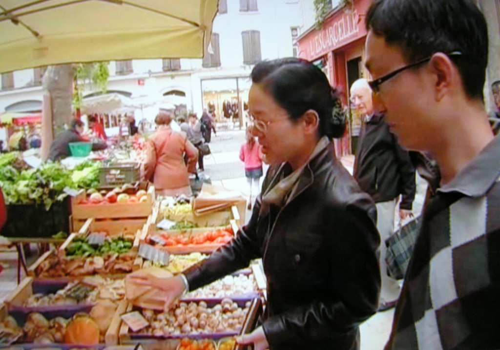 Join Hang Wang and his wife Lina at the Saturday market in Manosque and hear them talk about their experience of living in France. (Click to view larger version...)