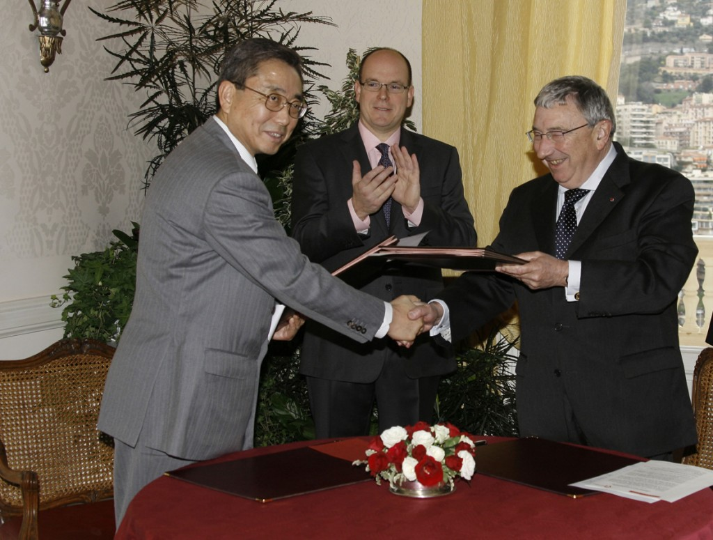 DG Kaname Ikeda, His Serene Highness Prince Albert II and his Excellency, the Minister of the Principality of Monaco, Monsieur Jean Paul Proust after the signature. (Click to view larger version...)