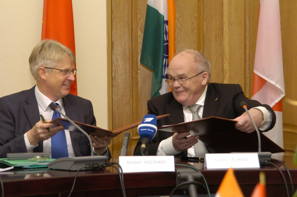 Signing ceremony: (left) Norbert Holtkamp, (right) Evgueny Velikhov. (Click to view larger version...)