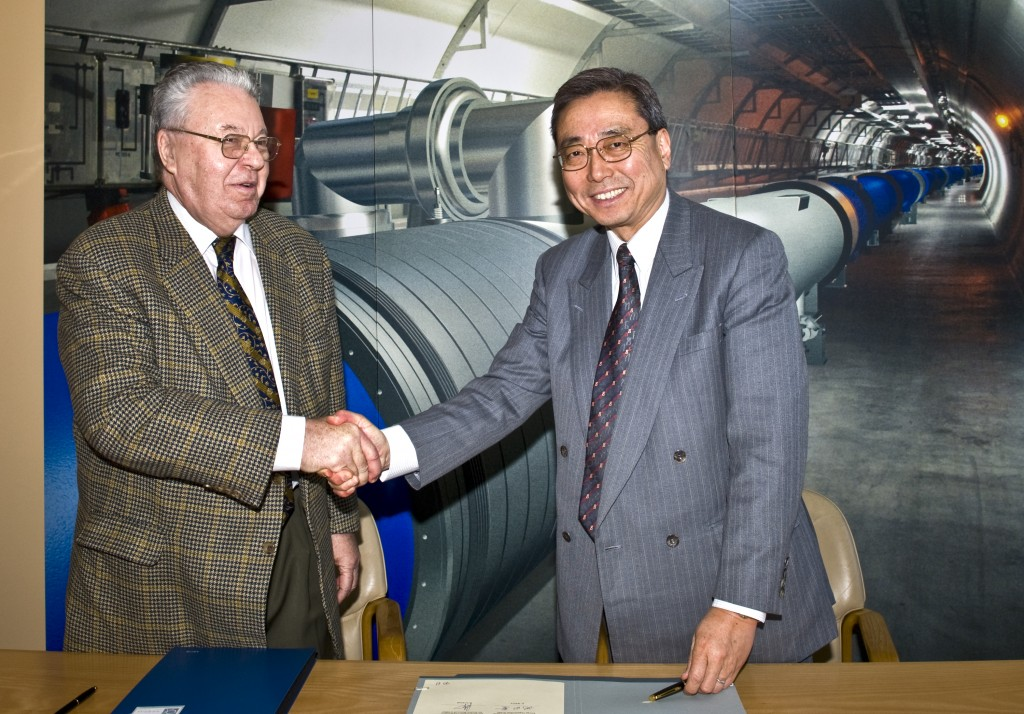 Robert Aymar (left) and Kaname Ikeda after the signing ceremony at CERN