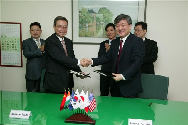 After the signing of the Procurement Arrangement for ITER's Toroidal Field Superconductors: Kaname Ikeda and Gyung- Su Lee. (Click to view larger version...)