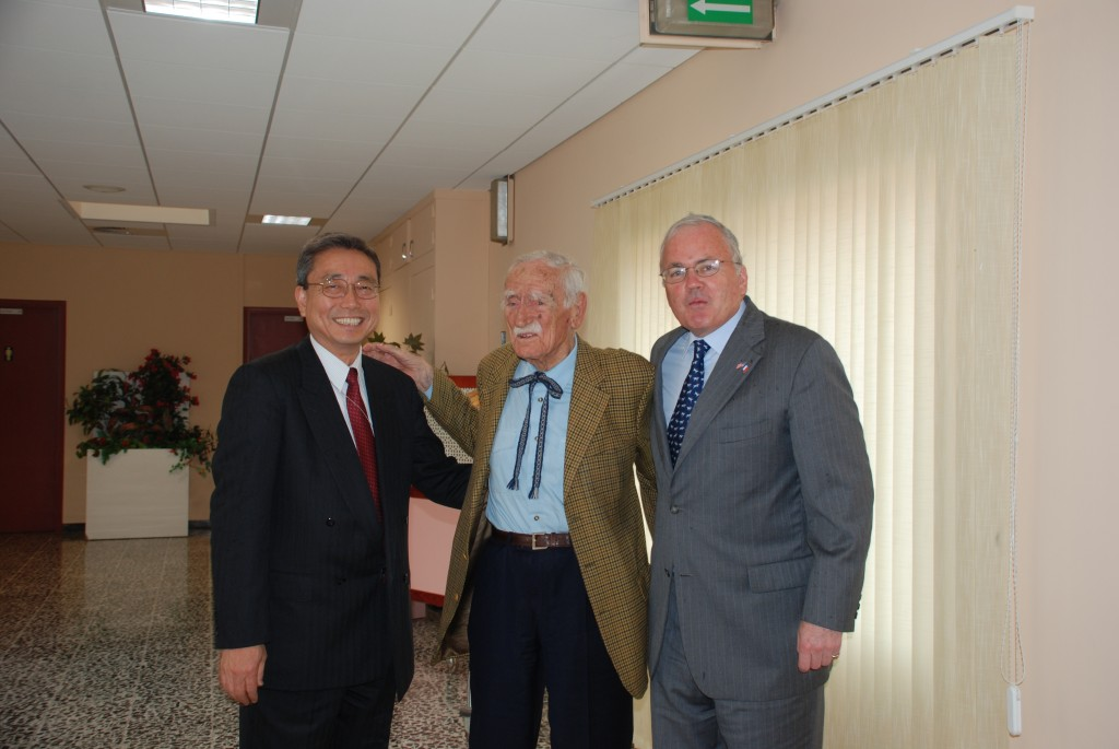 98 and still going strong: Francois de Rose (centre) with U.S. Ambassador Craig Stapleton and ITER Director-General Kaname Ikeda. (Click to view larger version...)