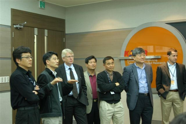 In the KSTAR control room: PDDG Norbert Holtkamp (centre), Kijung Jung and Gyung-Su Lee, the Heads of ITER Korea (4. and 2. from right), and Luigi Serio (right).  (Click to view larger version...)