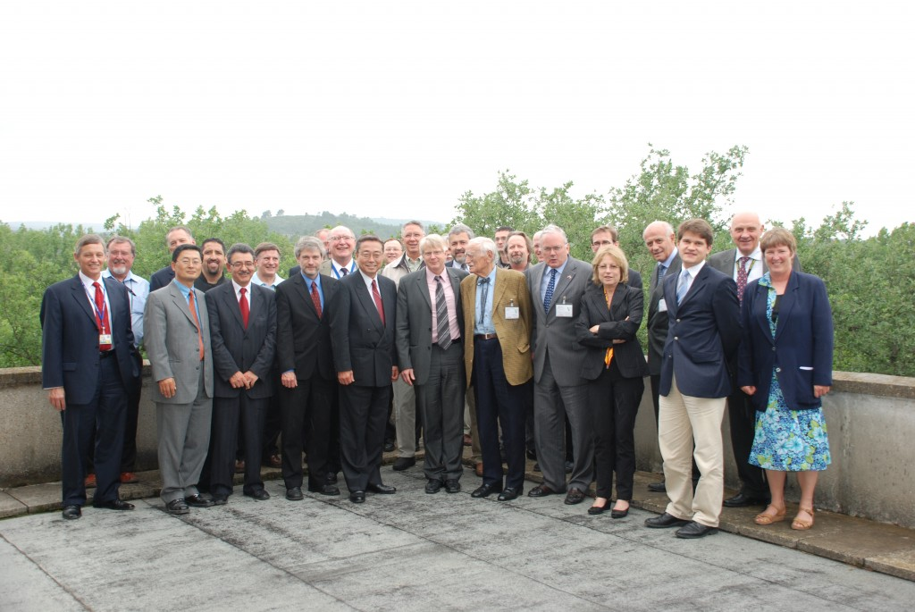 The U.S. Ambassador and the ITER Directors amidst the American ITER staff. (Click to view larger version...)