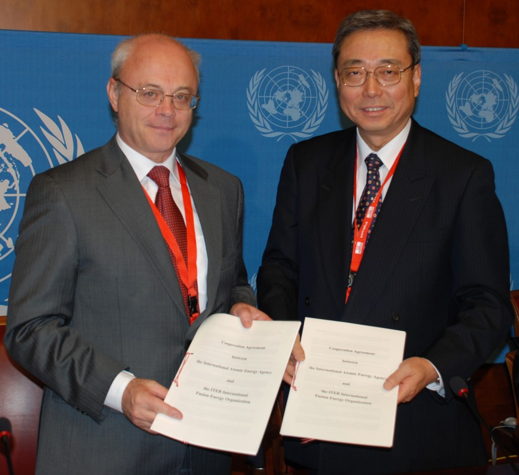 Yury Sokolov and Kaname Ikeda after the signature. (Click to view larger version...)