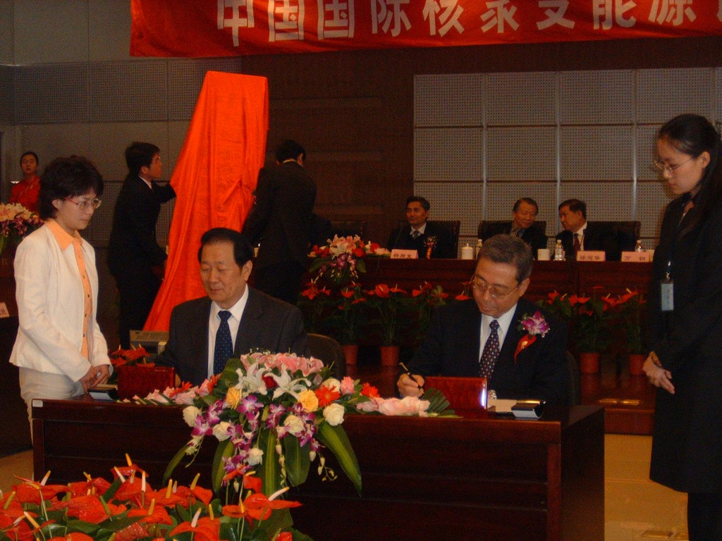 Director-General Ikeda and Jinpei Cheng, the Head of the new Chinese Domestic Agency, sign the first of three Procurement Arrangements. (Click to view larger version...)