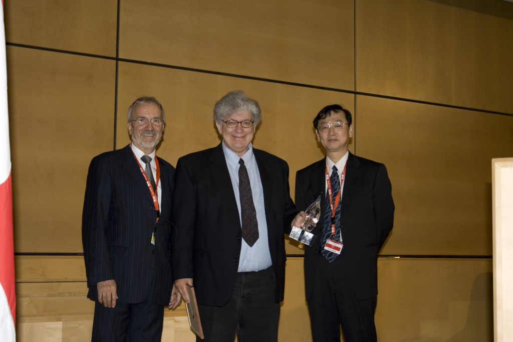 Todd Evans (centre) receiving the award from Werner Burkart, IAEA Deputy Director General (left), and Mitsuru Kikuchi, Chairman of the Nuclear Fusion Board of Editors (right).