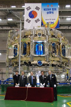 The KSTAR cryostat closure ceremony. From left to right: Lee Gyung-Su, Vice- President of NFRC, Chung Kun Mo, Former minister, Ministry of Science and Technology (MST), Kim Woo-Sik, Vice Prime-Minister of MST, Chae Yung bog, Former minister of MST, and Shin Jae-In, President of NFRC.