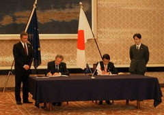 Mr. Taro Aso, Minister for Foreign Affairs of Japan and Mr. Hugh Richardson, the Ambassador of the Delegation of the European Commission to Japan, signing the Agreement between the Government of Japan and EURATOM for the Joint Implementation of the Broader Approach Activities.