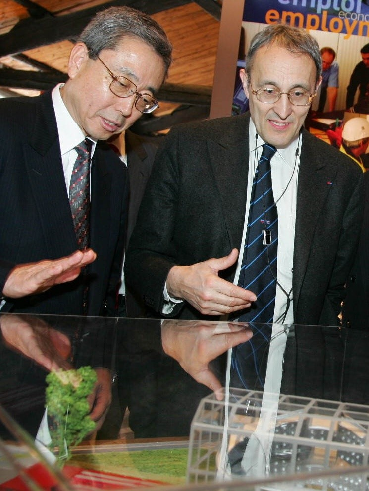 Close cooperation: ITER Director-General Kaname Ikeda with Bernard Bigot ... (Click to view larger version...)