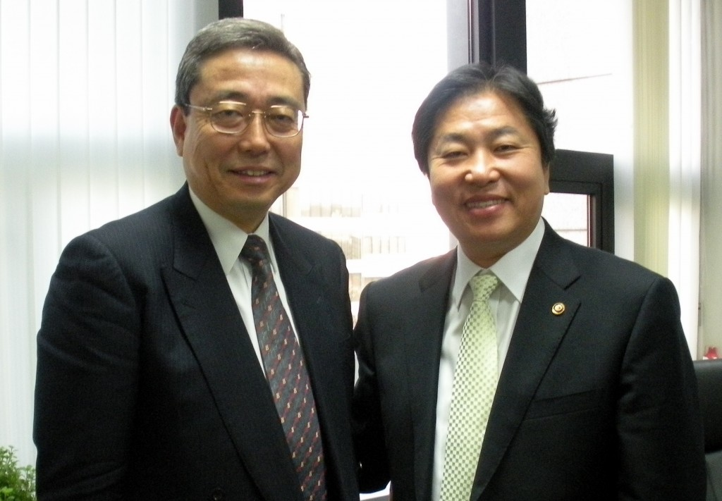 Director-General Ikeda and Korean Vice Minister Kim Jung-Hyun. (Click to view larger version...)