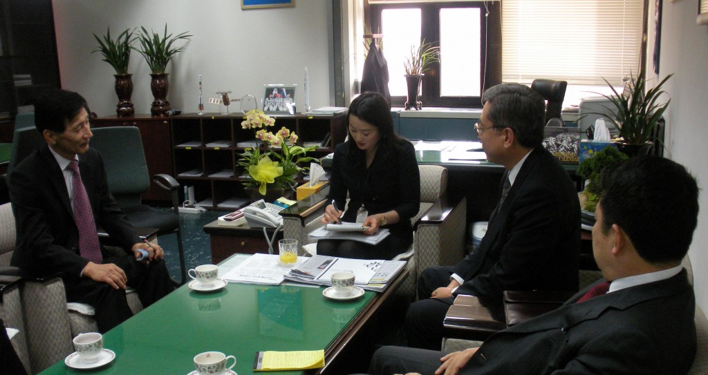 Director-General Ikeda meets Vice Minister Kim Jung-Hyun and Assistant Minister Lee Sang-Mok of the Ministry of Education, Science & Technology of Korea on 27 February. (Click to view larger version...)