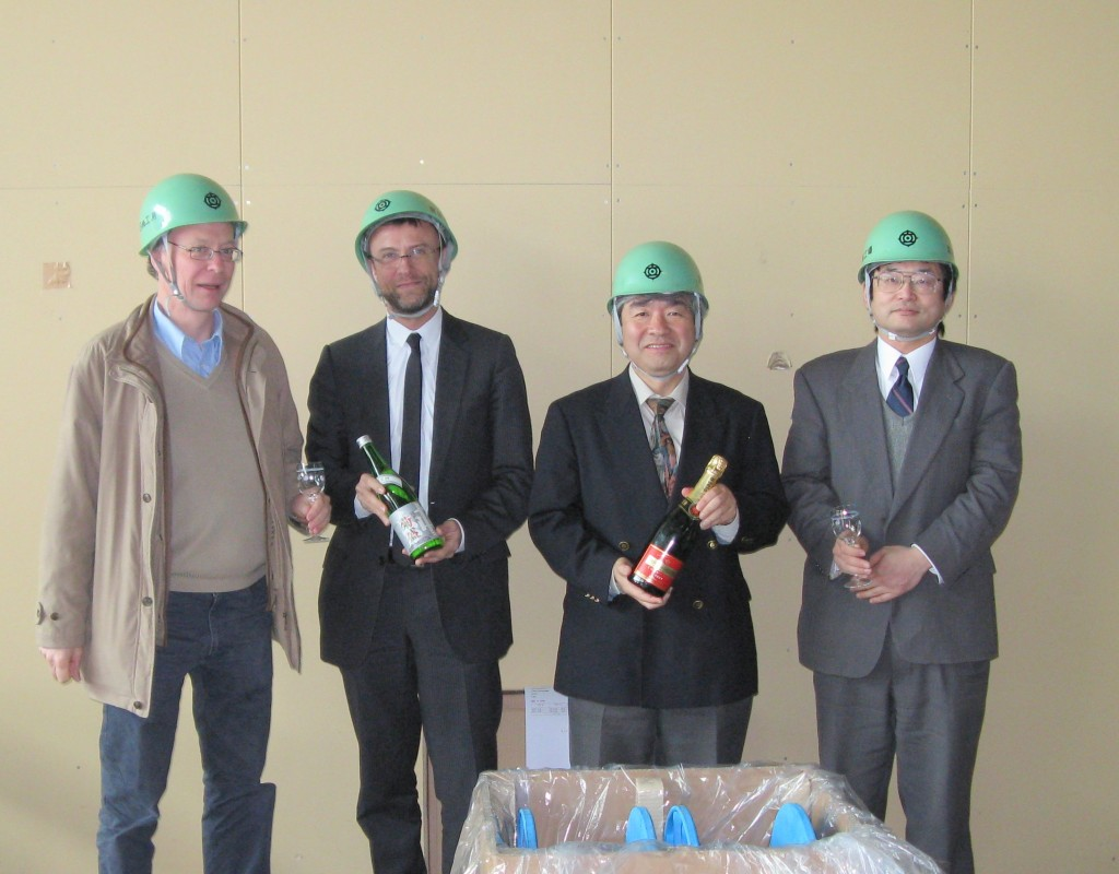 ITER Organization presents the Japanese Domestic Agency and Hitachi with an award for their performance (two bottles of champagne to represent the ITER site and a bottle of Sake to represent the source of the material). (Click to view larger version...)