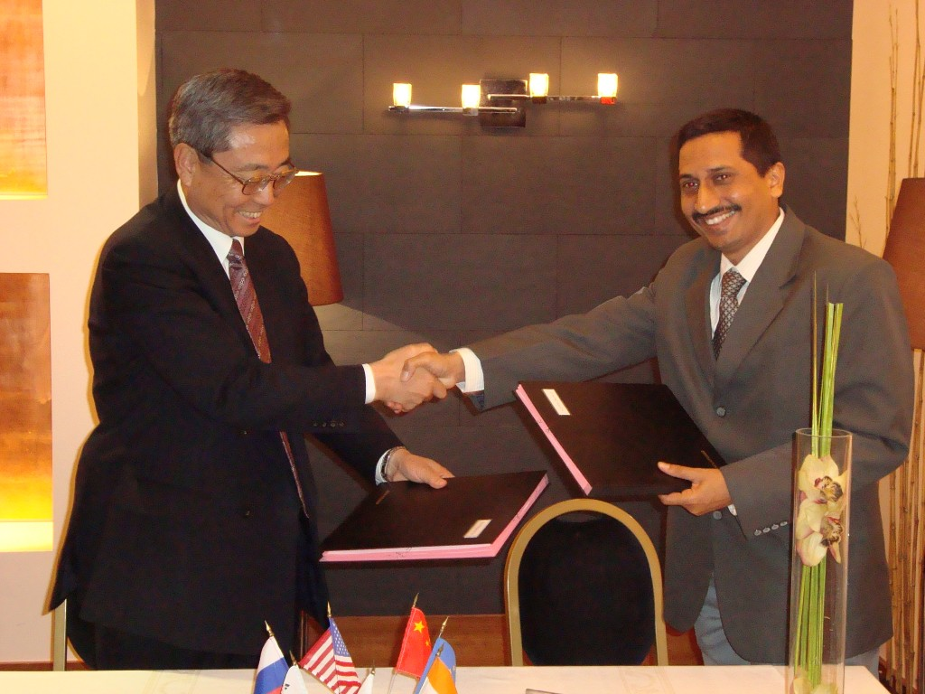 ITER Director-General Kaname Ikeda and Indian Domestic Agency Head Shishir Deshpande signing the document that will launch the construction of ITER's diagnostic neutral beam power supplies. (Click to view larger version...)