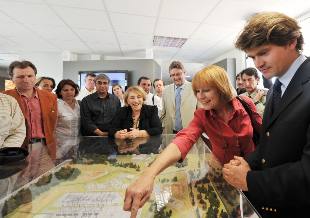 Pascale Amenc-Antoni, Senior Advisor to the ITER Director-General, explains the project's layout to Maryse Joissains-Masin, the Mayor of Aix-en-Provence. On the right: Francois Gauché, Director of Agence Iter France. © J-C Carbonne - Mairie d'Aix (Click to view larger version...)