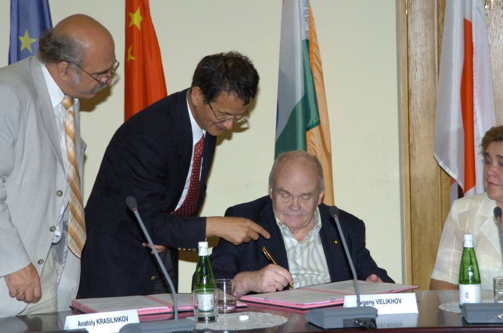 Academician Evgeny Velikhov (right), President of the Kurchatov Institute and Vice-Chair of the ITER Council, signing the Procurement Arrangement on behalf of the Russian Federation with Anatoli Krasilnikov (left), head of the Russian Domestic Agency, and Kimihiro Ioki, head of the Vacuum Vessel Division, assisting. (Click to view larger version...)