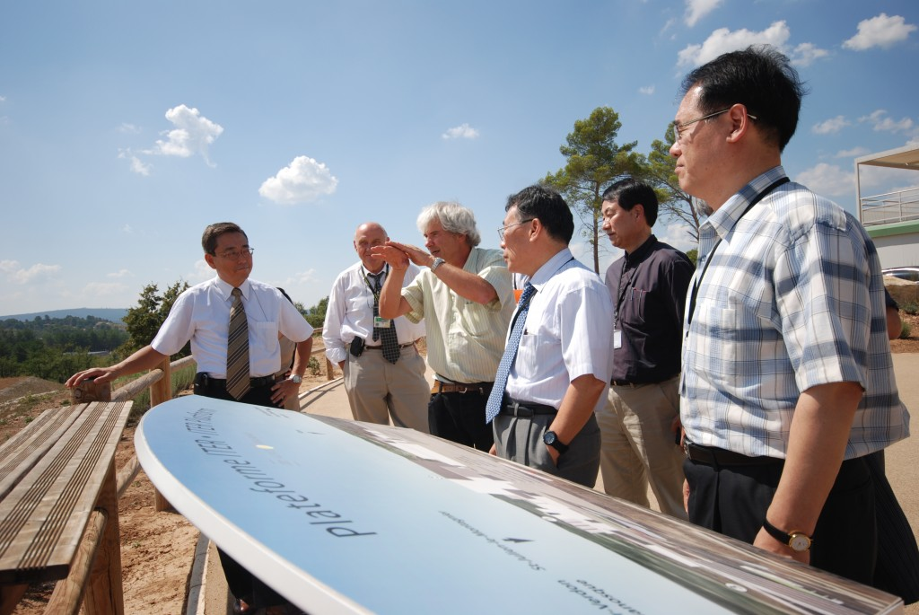 The assessors taking a break: Jean-Michel Botterau of Agence Iter France explaining the different stages of the site preparation to Professor Won Namkung, the Chairman of the Management Assessment Team (3rd from right with Director-General Kaname Ikeda on the left).  (Click to view larger version...)