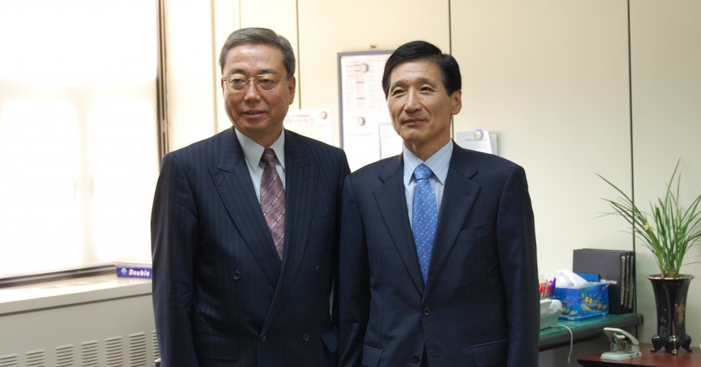 ITER Director-General Kaname Ikeda, with the Assistant Minister for Education, Science and Technology, LEE Sang Mok in Korea two weeks ago. (Click to view larger version...)
