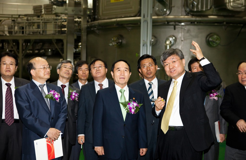 Ahn Byung-Man, minister of education, science and technology; Kim Choon-Jin, member of the Korean National Assembly; and Min Dong-Pil, director of the Korean Research Council of Fundamental Science and Technology (KRCF), are listening to Lee Gyung-Su, president of the National Fusion Research Institute (NFRI) introduce the Korea Superconducting Tokamak Advabed Reactor (KSTAR).  (Click to view larger version...)